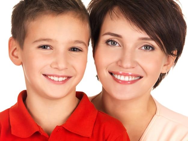 Porträt einer glücklichen jungen mutter mit sohn 8 jahre alt