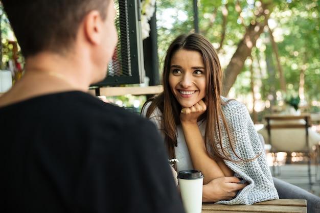 Porträt einer glücklichen lächelnden frau genießt das trinken von kaffee