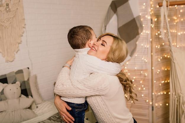 Porträt einer glücklichen mutter und eines entzückenden babys feiern weihnachten. neujahrsfeiertage.