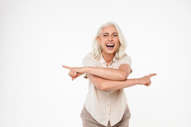 Porträt einer glücklichen reifen frau, die finger zeigt