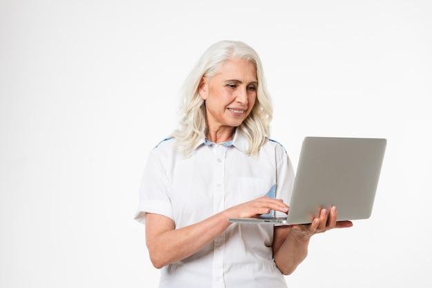 Porträt einer glücklichen reifen frau mit laptop