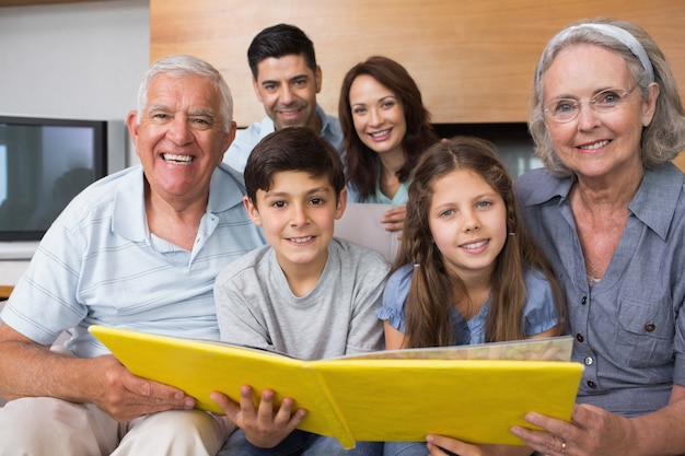 Porträt einer großfamilie, die ihr albumfoto betrachtet