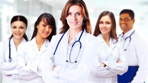 Porträt einer gruppe lächelnder krankenhauskollegen, die zusammenstehen