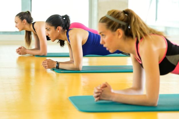 Porträt einer gruppe sportlicher leute, die aerobic-kurse in einem fitnesscenter machen.