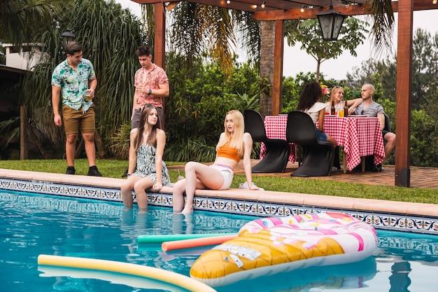 Porträt einer gruppe von freunden, die eine poolparty genießen
