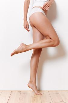Porträt einer hälfte des sexy weiblichen körpers in unterwäsche
