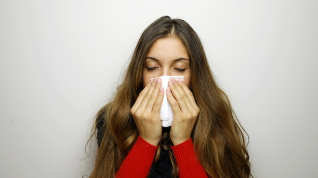 Porträt einer hübschen frau mit grippe