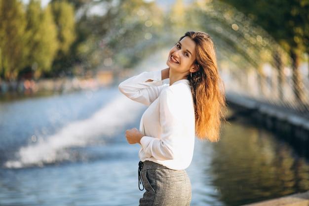 Porträt einer hübschen glücklichen frau im park
