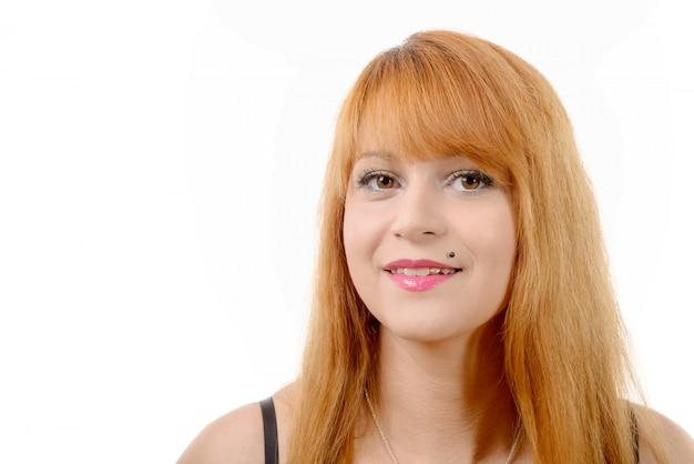 Porträt einer hübschen jungen rothaarigen mit langen haaren, auf weiß