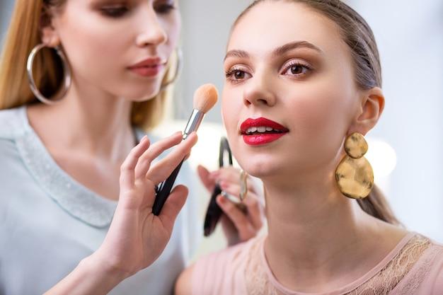 Porträt einer hübschen netten frau mit ihrem schönen make-up