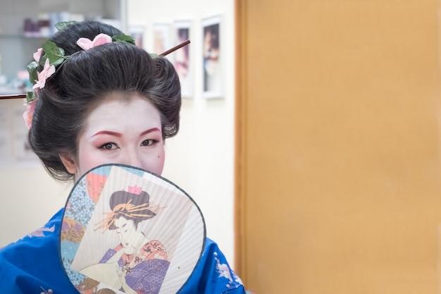 Porträt einer japanischen geisha-frau im büro.