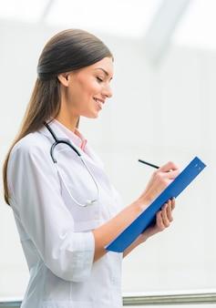 Porträt einer jungen ärztin am krankenhaus
