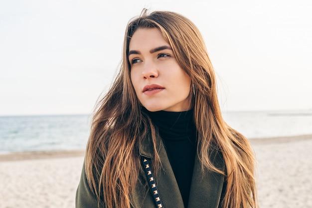 Porträt einer jungen attraktiven frau am strand