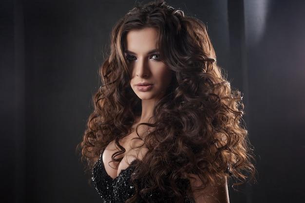 Porträt einer jungen attraktiven frau mit herrlichem lockigem haar. attraktive brünette.