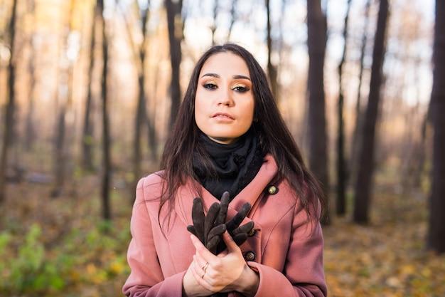 Porträt einer jungen attraktiven langhaarigen brünetten frau im herbstpark