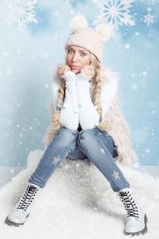 Porträt einer jungen blonden frau mit langen haaren in der winterkleidung