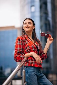Porträt einer jungen dame in der roten jacke