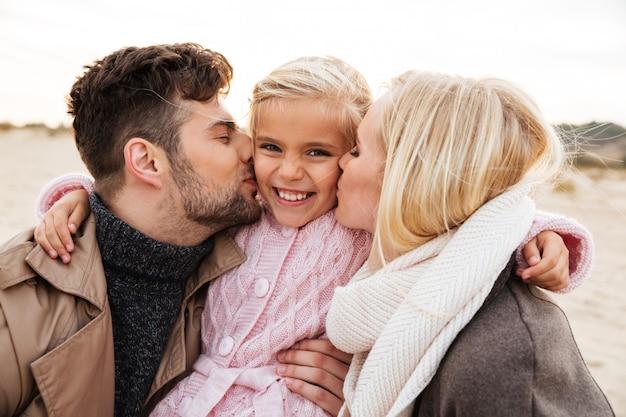 Porträt einer jungen familie mit einer kleinen tochter