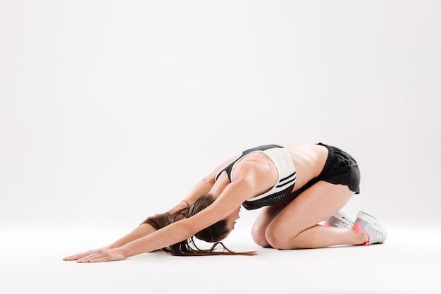 Porträt einer jungen flexiblen sportlerin in voller länge