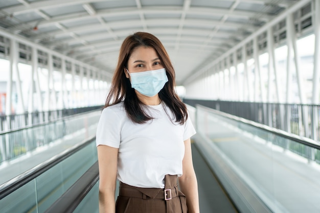 Porträt einer jungen frau in einer medizinischen maske für anti-coronavirus covid 19