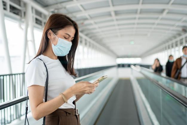 Porträt einer jungen frau in einer medizinischen maske für die anti-coronavirus-covid-19-pandemie