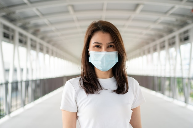 Porträt einer jungen frau in einer medizinischen maske