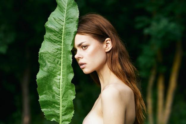 Porträt einer jungen frau mit einem schönen gesicht und rotem lippenstift