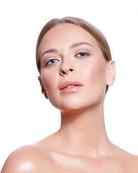 Porträt einer jungen frau mit hellem make-up