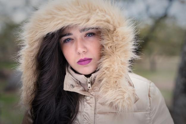 Porträt einer jungen frau mit kapuze