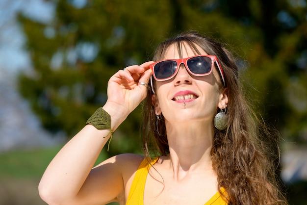 Porträt einer jungen frau mit sonnenbrille