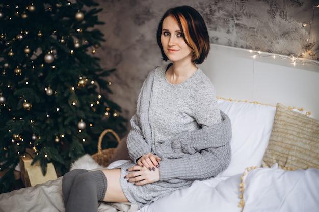 Porträt einer jungen frau während der vorbereitungen für weihnachten zu hause