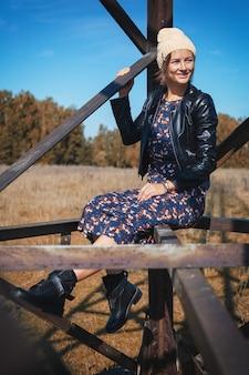 Porträt einer jungen fröhlichen frau in einer strickmütze