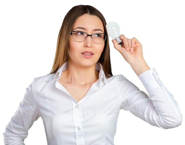 Porträt einer jungen geschäftsfrau, die eine glänzende idee hat