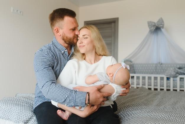 Porträt einer jungen glücklichen familie mit dem kind