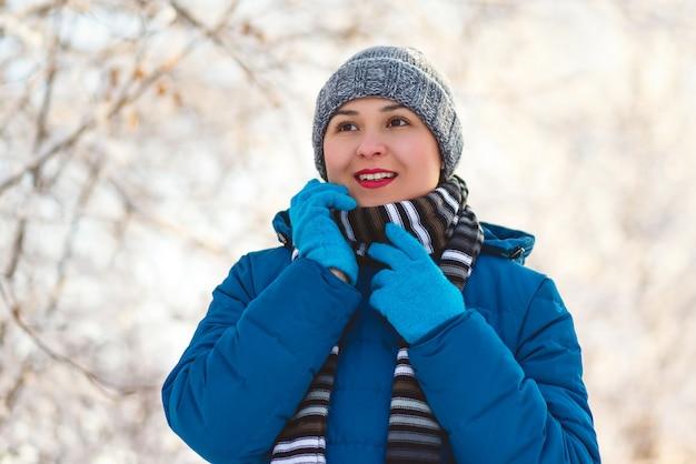 Porträt einer jungen glücklichen mädchenfrau in der winterkleidung.
