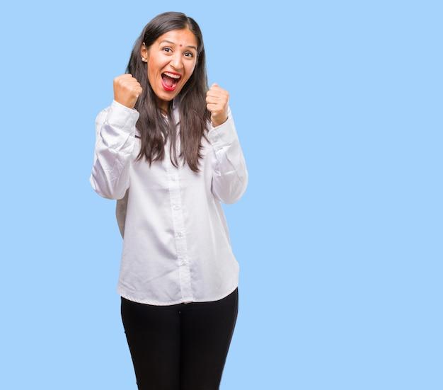 Porträt einer jungen indischen frau sehr glücklich und aufgeregt