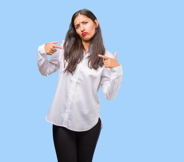Porträt einer jungen indischen frau stolz und überzeugt, finger zeigend, beispiel zum folgen, konzept der zufriedenheit, arroganz und gesundheit