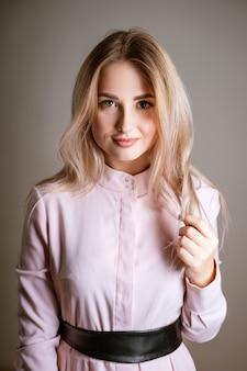 Porträt einer jungen schönen frau mit dem blonden haar lächelnd