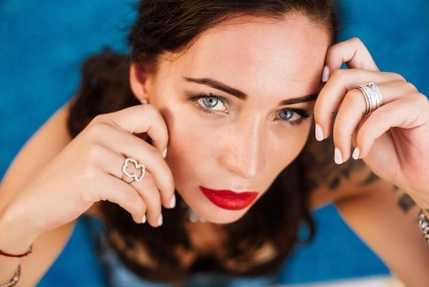 Porträt einer jungen sexy frau, die im wasser in einem swimmingpool aufwirft