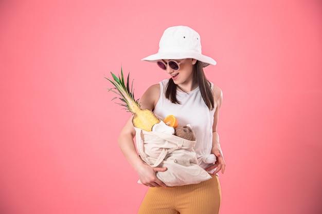 Porträt einer jungen stilvollen frau mit einer öko-fruchttasche