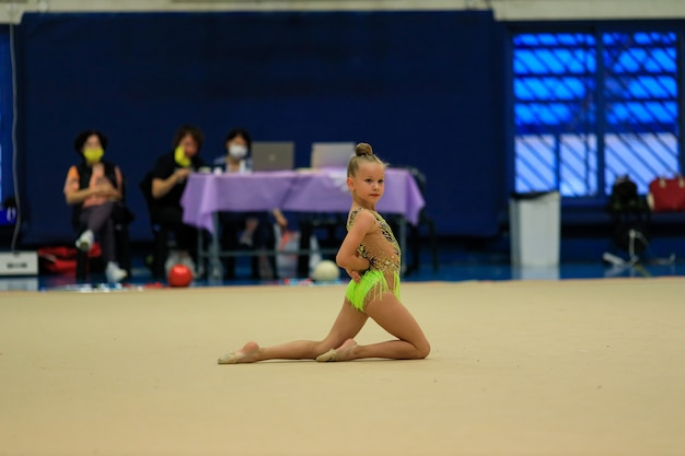 Porträt einer jungen turnerin porträt eines jahre alten mädchens in rhythmischen gymnastik-wettbewerben hoch q...
