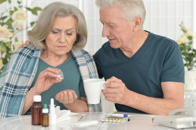 Porträt einer kranken älteren frau mit fürsorglichem ehemann