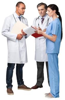 Porträt einer krankenschwester und ärzte, die auf eine zwischenablage schauen