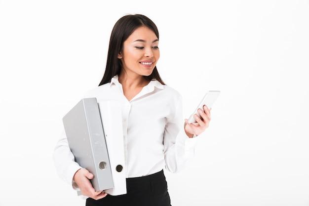 Porträt einer lächelnden asiatischen geschäftsfrau, die mappen hält