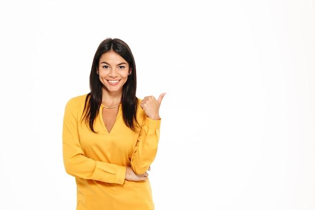 Porträt einer lächelnden attraktiven frau, die finger zeigt