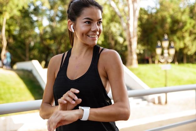 Porträt einer lächelnden fitnessfrau in den kopfhörern