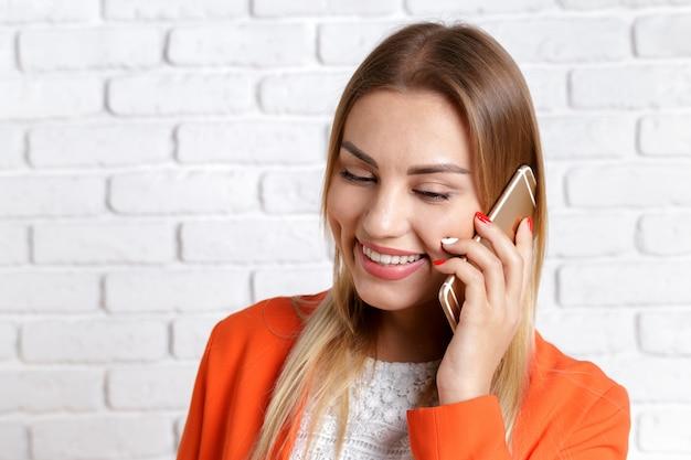 Porträt einer lächelnden frau, die smartphone verwendet