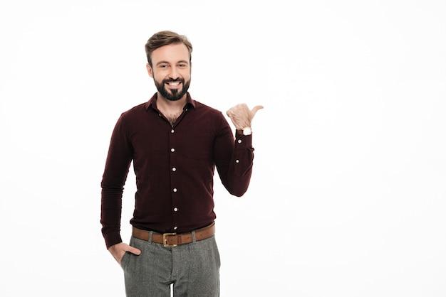 Porträt einer lächelnden glücklichen mannstellung
