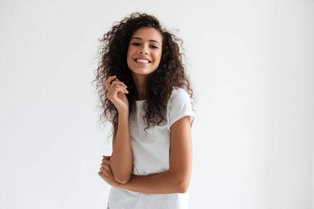 Porträt einer lächelnden hübschen frau mit langen lockigen haaren