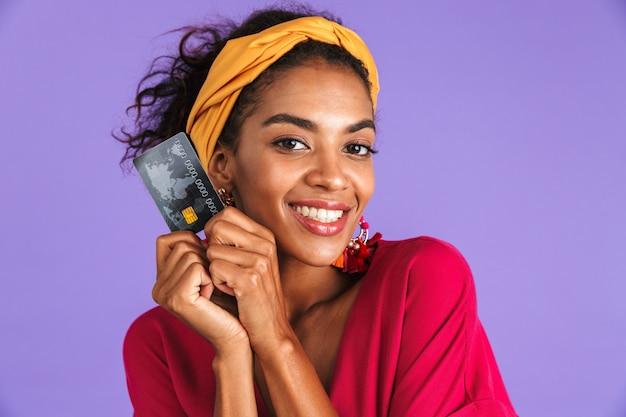 Porträt einer lächelnden jungen afrikanischen frau im stirnband